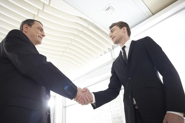 外国人ビジネスマン握手